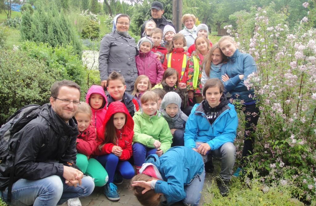 Schola parafialna na wyprawie w Korzkwi