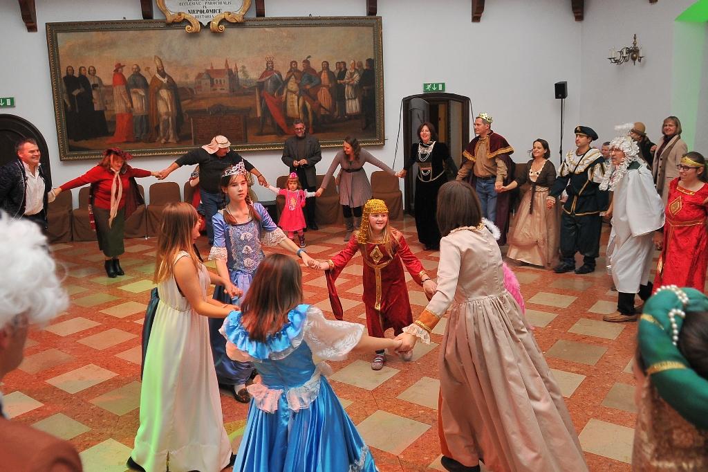 Święci na balu w Niepołomicach